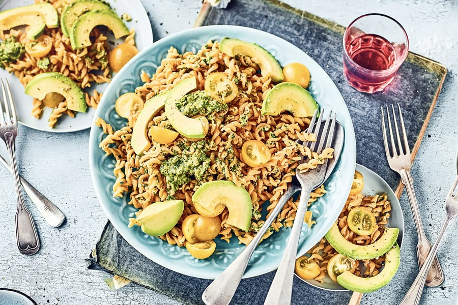 Rote-Linsen-Pasta mit Kräuterpesto und Avocado