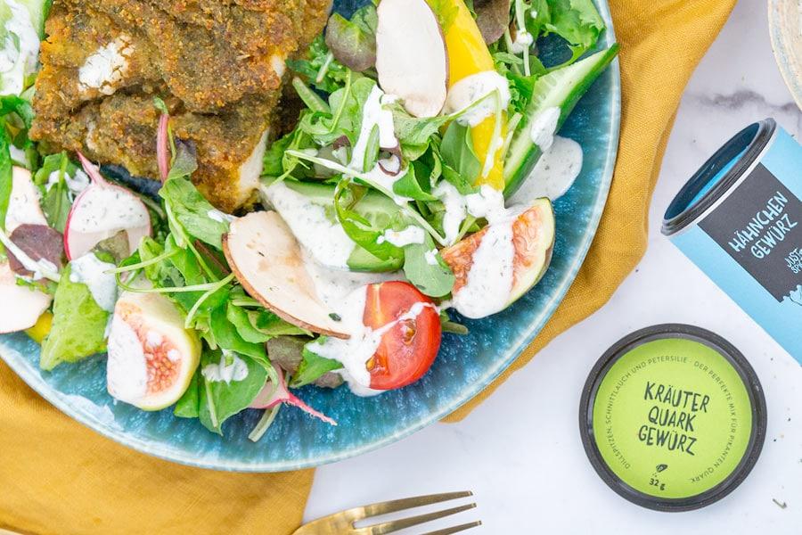 Kräuterschnitzel mit buntem Salat und Quark Dressing