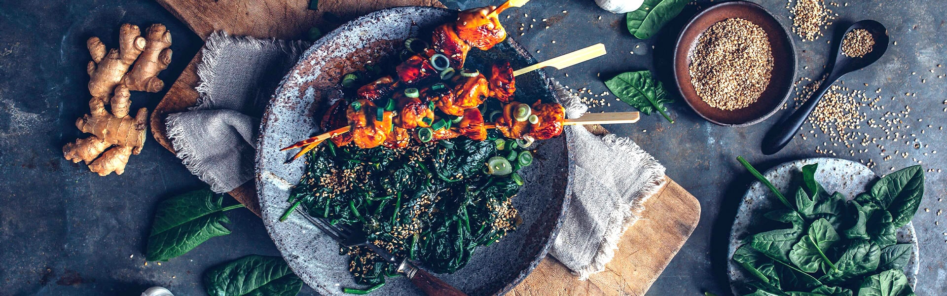 Yakitori-Spieße mit Spinat-Sesam-Salat