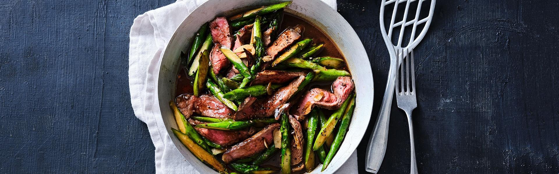 Steakpfanne mit Spargel